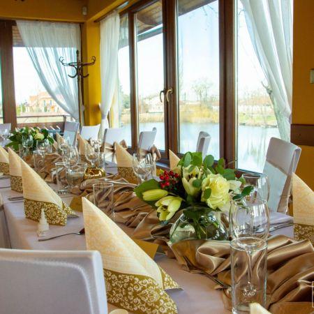 Svadobná výzdoba reštaurácie Pekidors